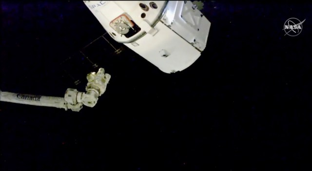 The SpaceX Dragon cargo spacecraft approaches the robotic arm