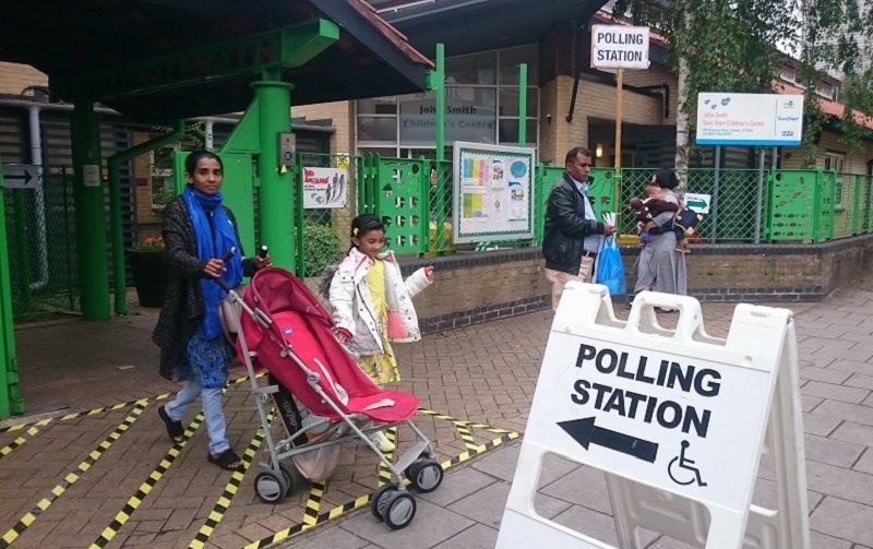 東倫敦的一個投票所﹐這次投票要排長龍。 (白曉紅 攝)