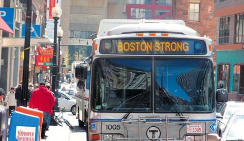 '보스턴 스트롱(Boston Strong)'이란 문구를 적은 시내버스가 테러 이후 보스턴 시내를 주행하고 있다.