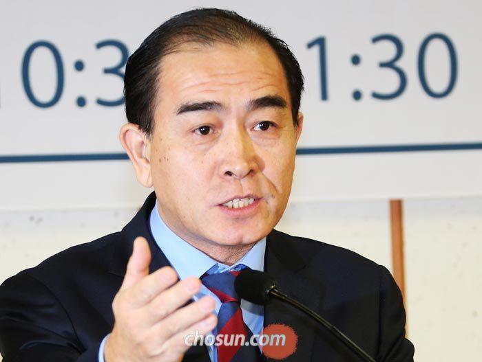 태영호 전 영국 주재 북한 공사가 11일 국회에서 열린'올해의 인권상'시상식에서 수상 소감을 밝히고 있다.