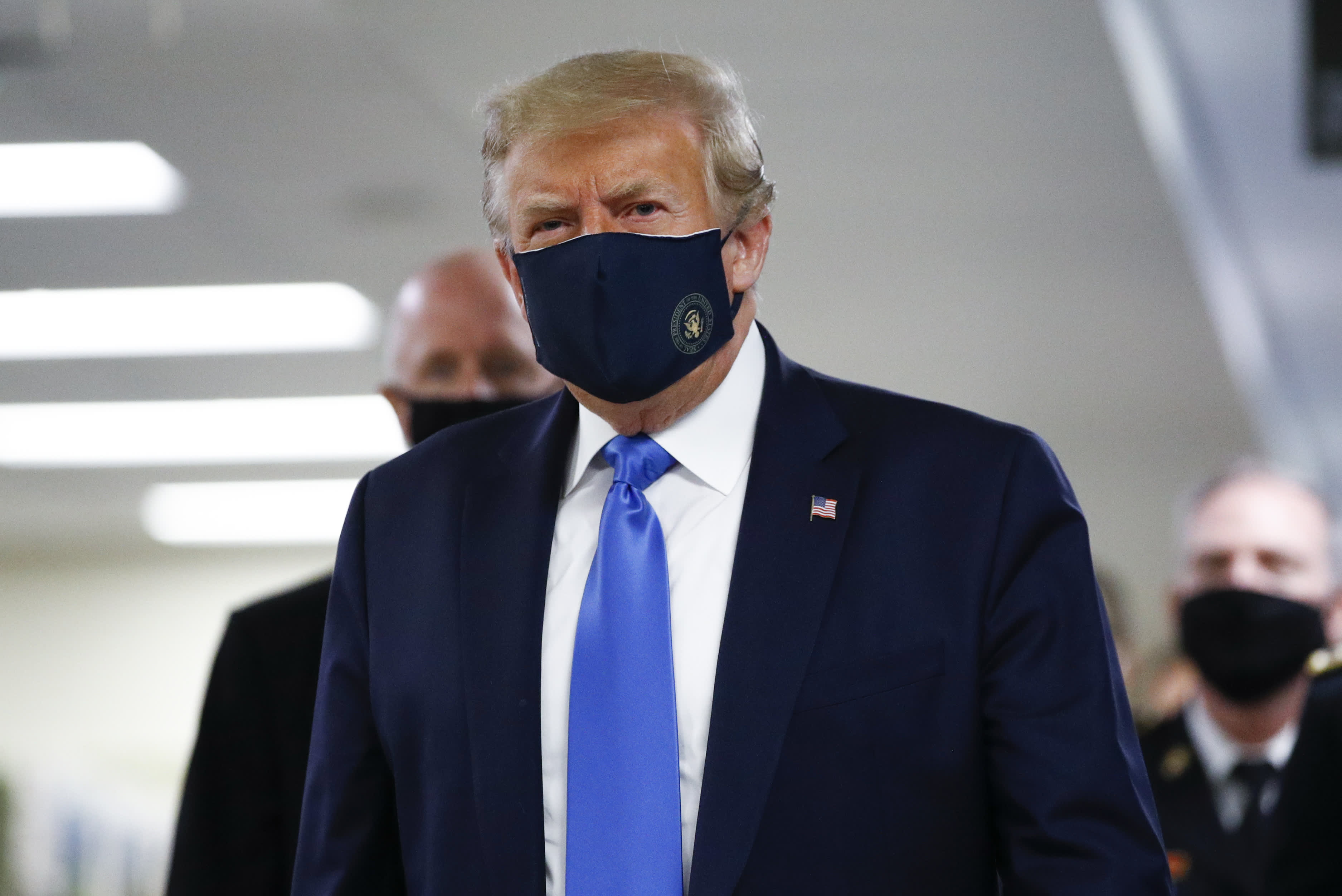 Photo of Trump wears coronavirus mask publicly for first time during visit to Walter Reed military hospital