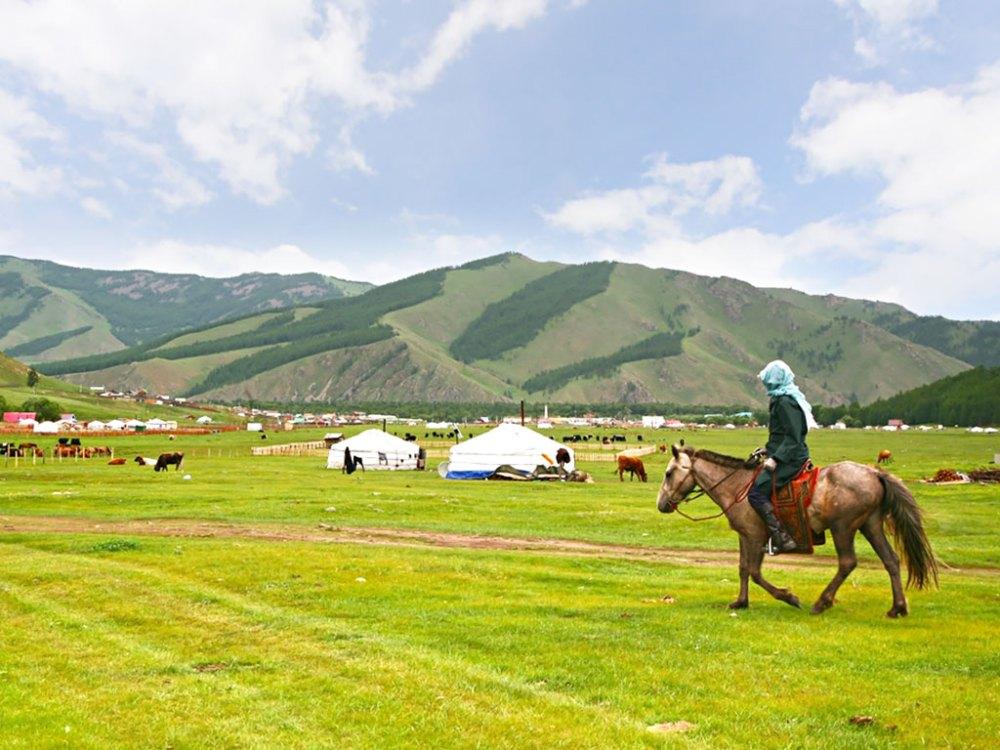騎乘駿馬穿梭在蒙古草原,享受如同牧民的自在悠然。