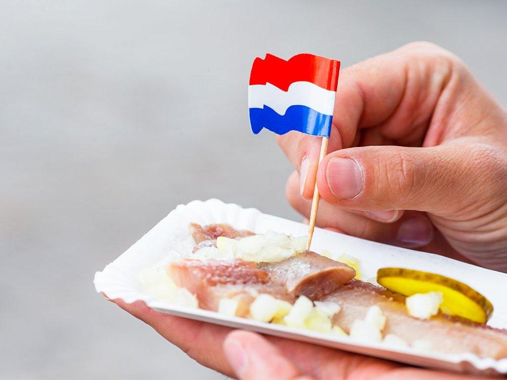 當地流傳著一句俗語:「只要有生鯡魚,就不需要醫生了!」新鮮的生鯡魚搭配洋蔥與醃黃瓜,是赴荷蘭不可錯過的經典美食。