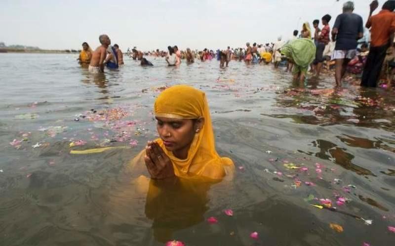 downloadfile-395.jpg (혐) 인도인들의 성수 겐지스 강 실태.jpg