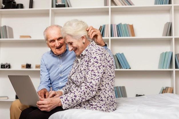 Adorable hombre y mujer usando una laptop Foto gratis