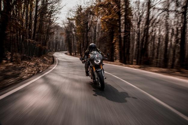 Andar en bicicleta en una motocicleta en el bosque. Foto gratis