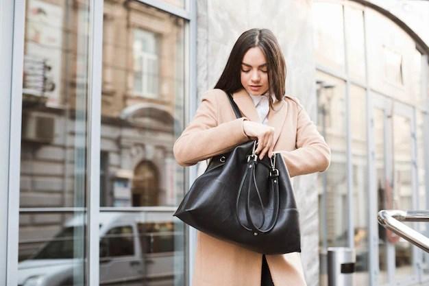 Chica joven con bolso en la calle Foto gratis