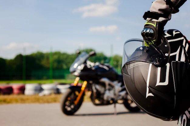 Ciérrese encima del hombre que sostiene el casco de protección Foto gratis