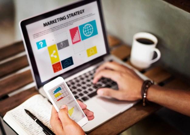 Estrategia de marketing para el concepto de dispositivos digitales Foto gratis