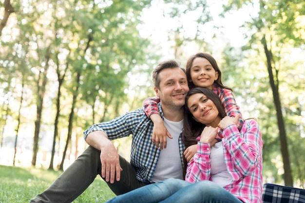 Familia sonriente pasar tiempo juntos en el parque Foto gratis