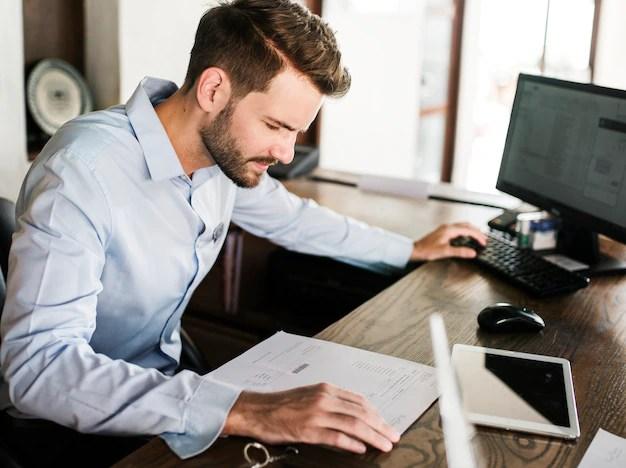 Hombre trabajando en una oficina   Foto Premium
