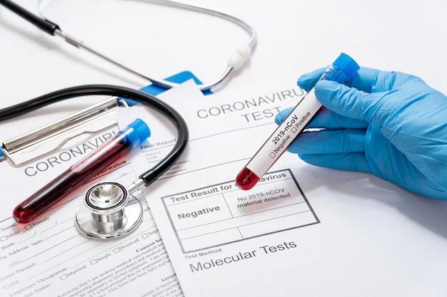 Mano de primer plano con muestras de enfermedades en la mesa Foto gratis