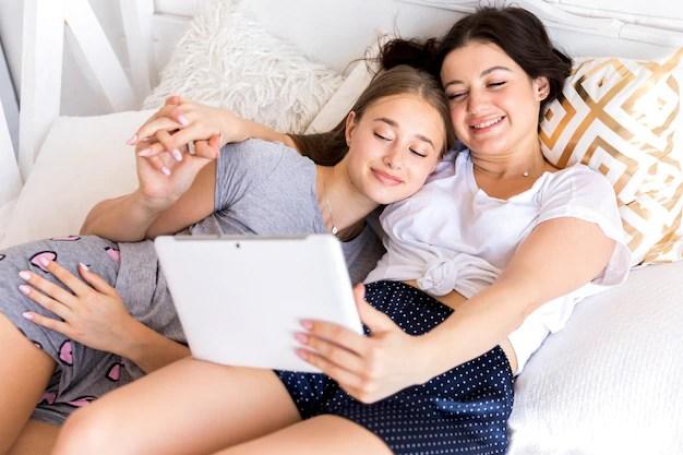 Lesbianas encerradas en casa buscando su próximo destino gracias a la app de intercambio de visibilidad lésbica