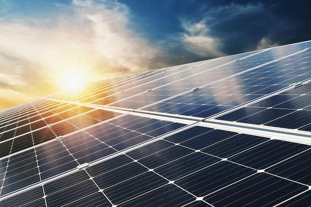 Panel solar con cielo azul y puesta de sol. concepto de energía limpia, alternativa eléctrica, potencia en la naturaleza Foto Premium