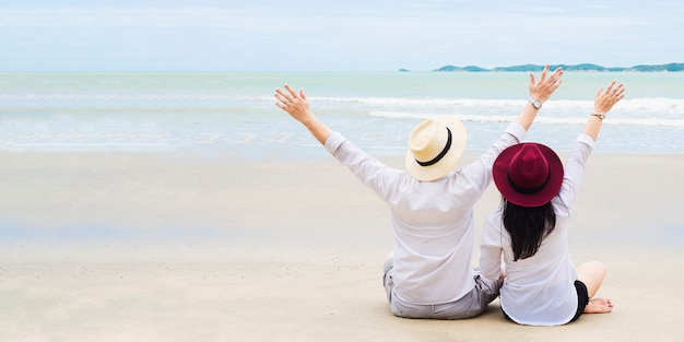 Pareja asiática en la playa Foto gratis