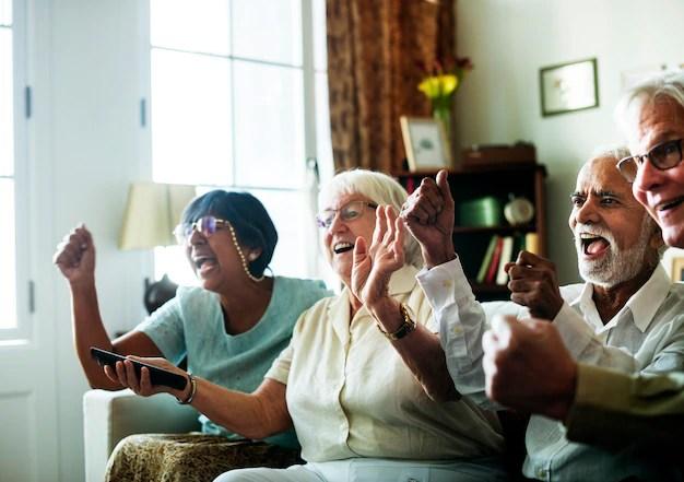 Personas mayores viendo la televisión juntos Foto gratis