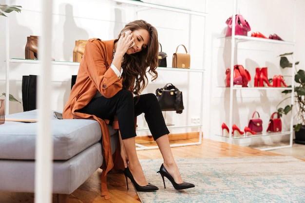 Retrato de una mujer segura tratando de zapatos nuevos Foto gratis