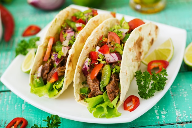 Tacos mexicanos con carne de res en salsa de tomate y salsa Foto gratis