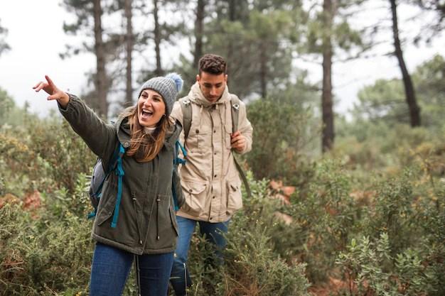 Tiro medio emocionado personas al aire libre Foto gratis