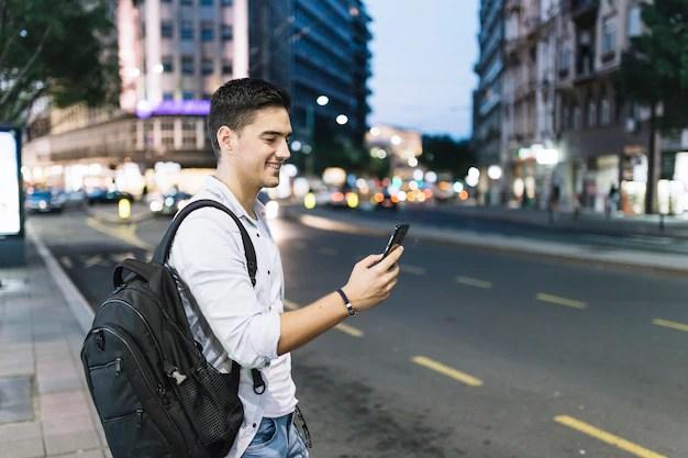 Hombre mirando smartphone