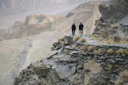 Due uomini stavano parlando lungo il sentiero del ghiacciaio del passu. gilgit-baltistan, pakistan. | Foto Premium