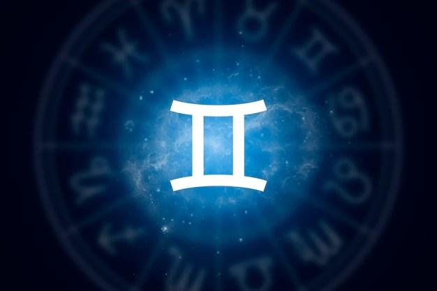 Segno zodiacale gemelli su uno sfondo di cielo stellato Foto Premium