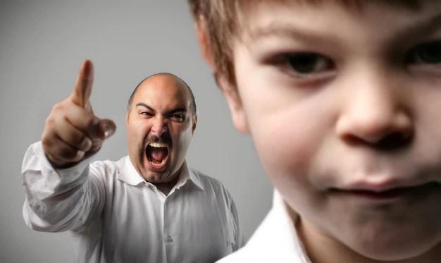 Pai bravo brigando gritando com filho criança