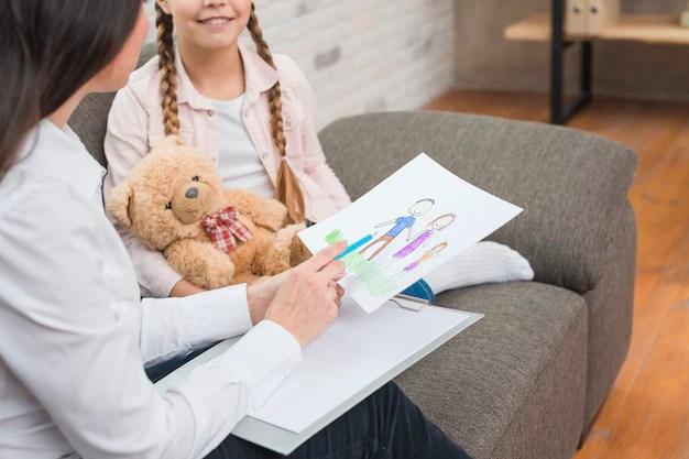 Criança com desenho em psicóloga