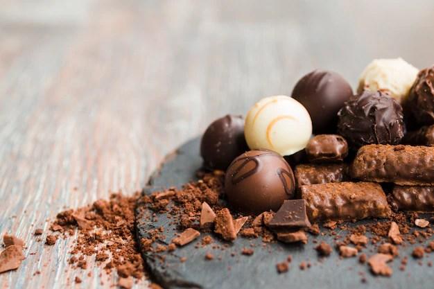 Deliciosos chocolates em chapa de ardósia