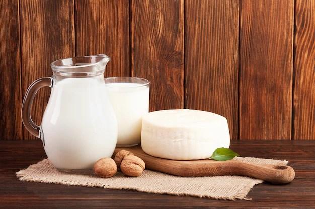 Fundo de madeira com produtos lácteos Foto gratuita