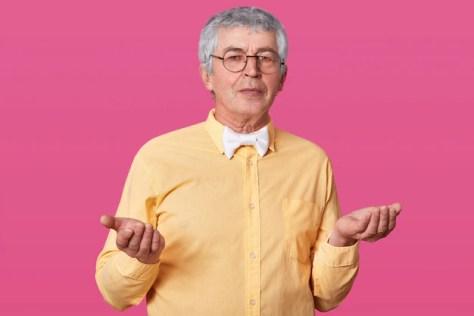 Homem idoso não sabe que tipo de emoção expressar Foto gratuita