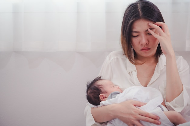 Mãe cansada sofrendo de depressão pós-natal