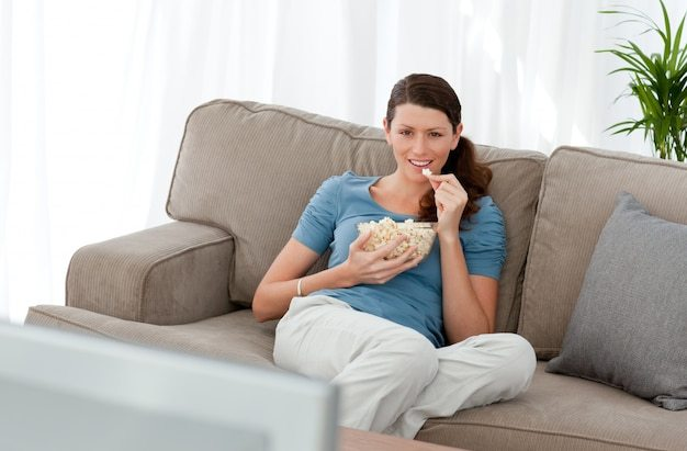 mulher-atraente-assistindo-televisao-e-comendo-pipoca-no-sofa_13339-111383 6 razões pelas quais não está perdendo peso