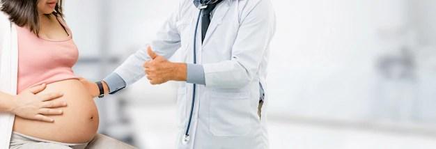 Grávida no oitavo mês de gestação em consulta médica