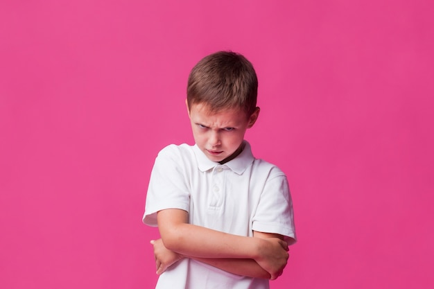 Menino bravo com raiva depressão infantil