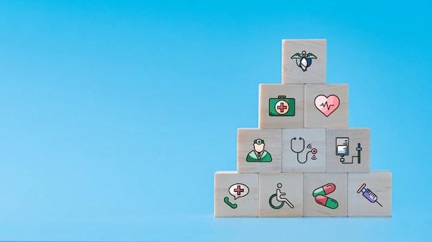 Símbolo de seguro médico e de saúde na pilha do cubo de madeira como forma de pirâmide, conceito de saúde do hospital Foto Premium