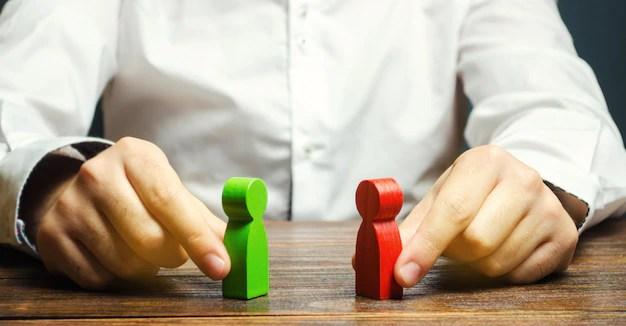 Um homem tem nas mãos a figura vermelha e verde Foto Premium