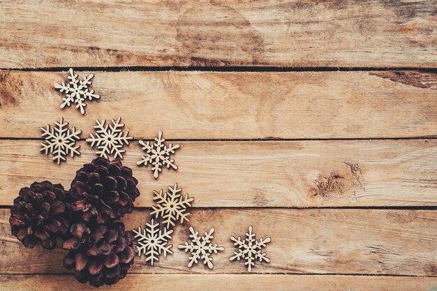 Tannenzapfen Und Schneeflocken Auf Holz Fr Weihnachten