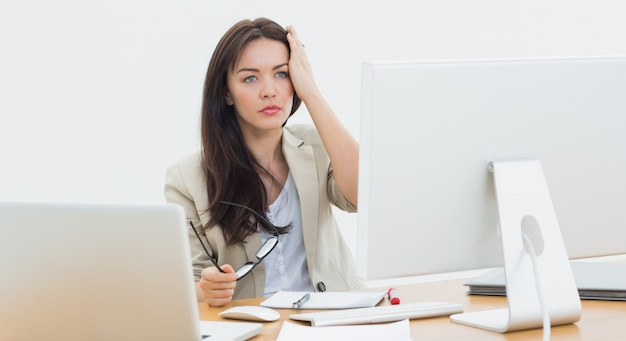 Casual business woman in front of computer at office | Premium Photo