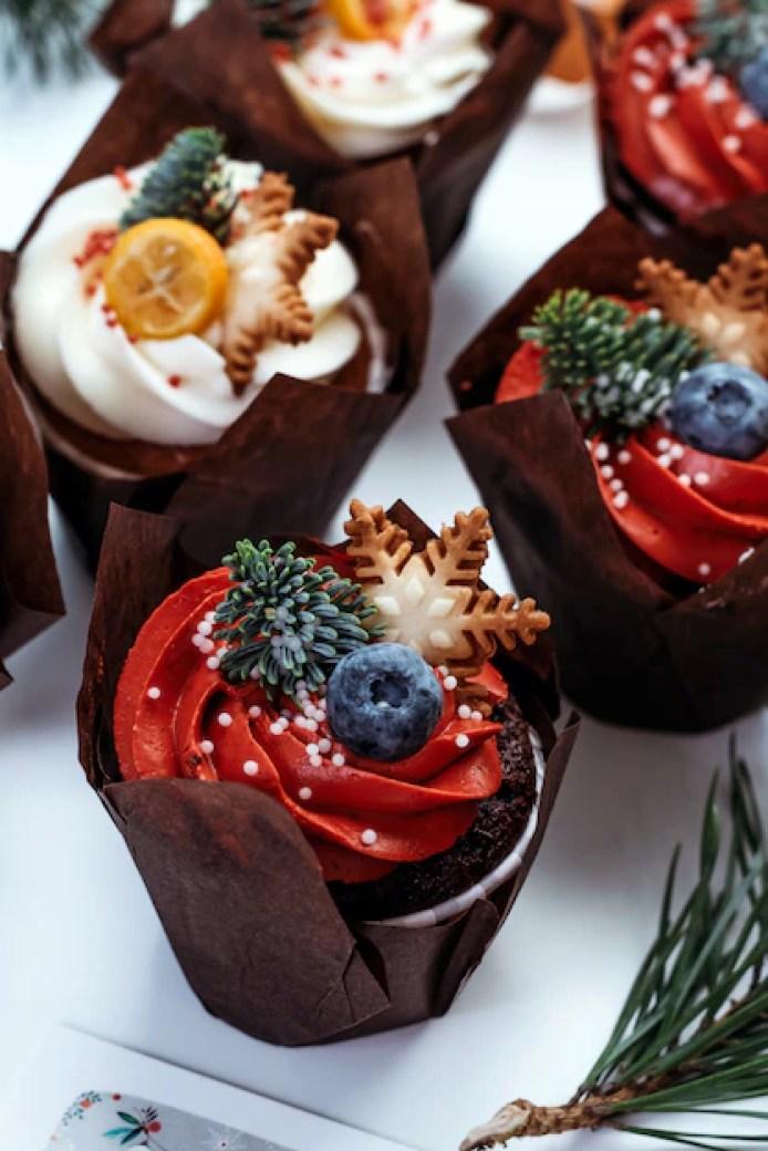 Рождественские кексы для новогоднего украшения. набор выпечки украшен ягодами, звездами и еловыми ветвями. | Премиум Фото