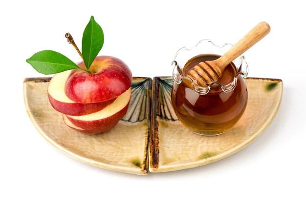 Face mask with apple fruit and honey isolated on white background. Premium Photo