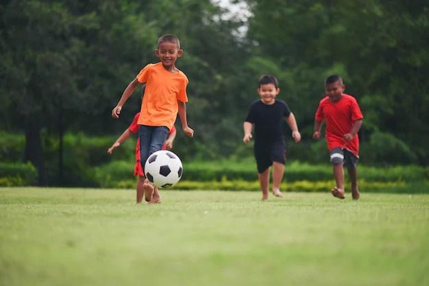 Antara tabiat sihat adalah bermain bola di padang