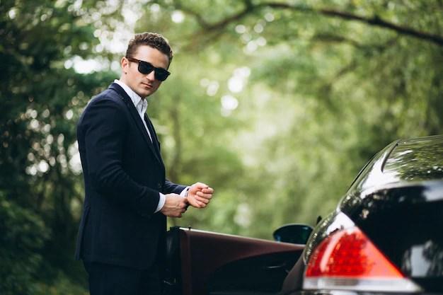 車でハンサムな男 無料写真