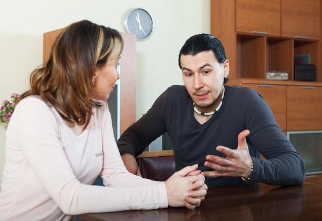 妻と話している大人の男 無料写真