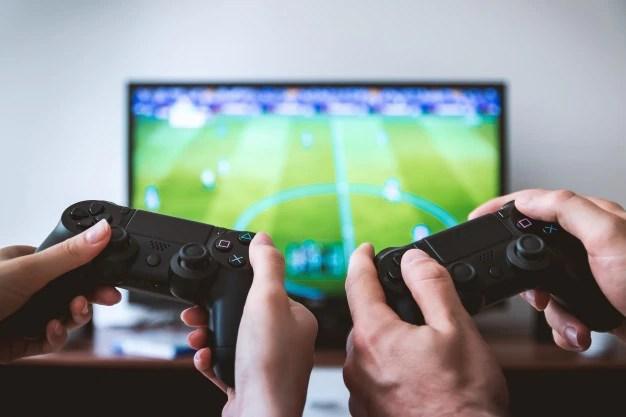 自宅でテレビでビデオゲームをする2人のプレイヤー 無料写真