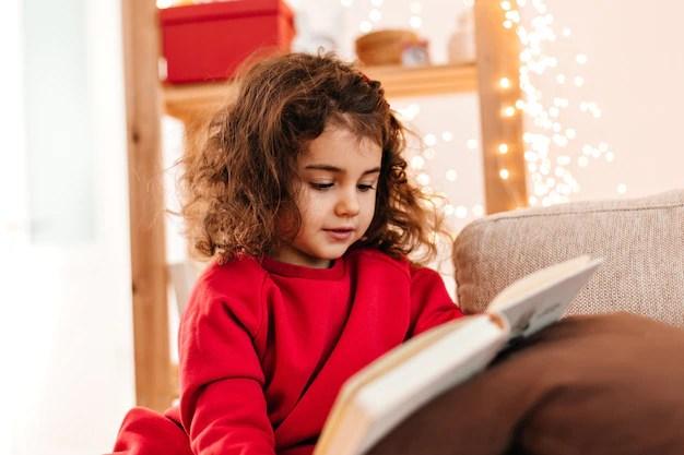 Barn läser en bok