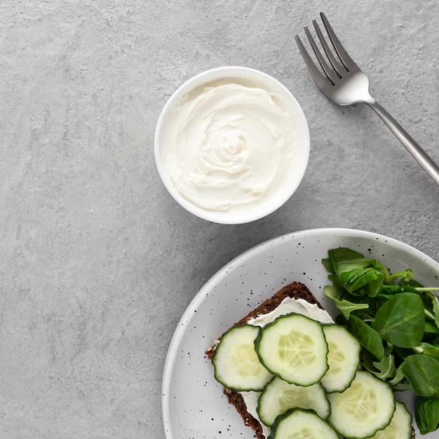 Để giữ cho làn da khỏe mạnh, chúng ta cần ăn một chế độ ăn uống cân bằng và hợp lý. Mỗi người cần uống ít nhất 2 lít chất lỏng mỗi ngày, khoảng 8 ly.