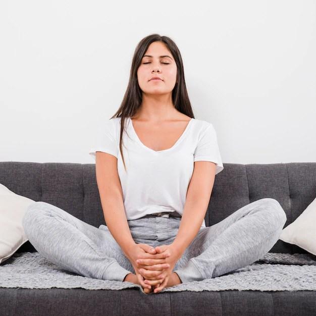 Mulher meditando em casa Foto gratuita