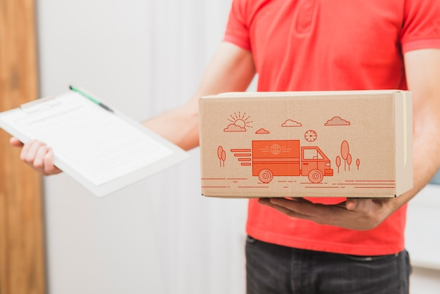 Download Free PSD | Delivery mockup with man holding box and clipboard