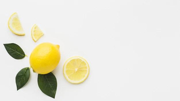 Mise à plat de citron et de feuilles avec espace copie Photo gratuit